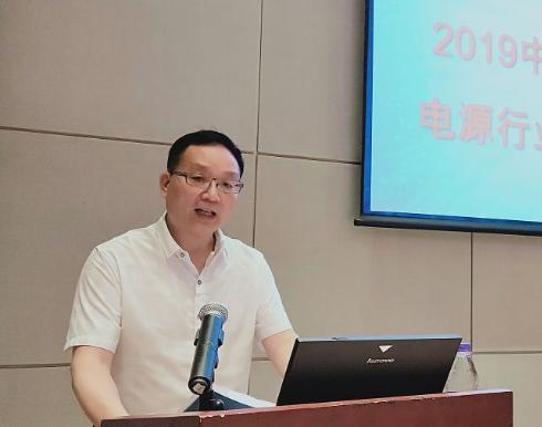 中国微型电动车与电源行业标委会秘书长孙京伟做《2018-2019年度行业团体标准工作总结报告》